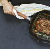 A salsicha grelhada caseiro serviu pela mulher nas mãos imagens de stock