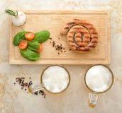 Salsicha grelhada em uma espiral - salsicha de carne de porco em um espeto de madeira, m Imagens de Stock