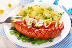 Salsicha grelhada, salada vegetal e batata Imagens de Stock