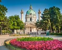 Salsicha Karlskirche em Karlsplatz em Viena, Áustria imagem de stock royalty free