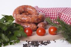 Salsicha muito deliciosa caseiro fresca em uma placa de madeira com spi Foto de Stock Royalty Free