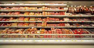 Salsicha na loja Fotos de Stock Royalty Free