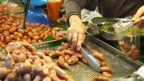 Salsicha no xarope no mercado Banguecoque Tailândia vídeos de arquivo