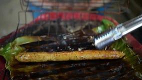 Salsicha picante tailandesa Roasted ou grelhada Sai Aua vídeos de arquivo
