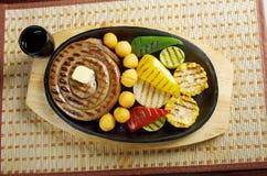 Salsicha que faz roasted com vegetal Imagem de Stock