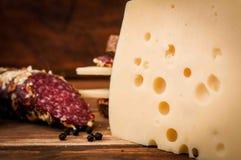 Salsicha secada e queijo com furos para o café da manhã imagens de stock