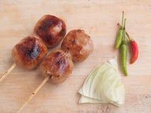 Salsicha tailandesa do nordeste ou de Isan com couve e pimentões Fotos de Stock Royalty Free
