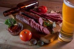 Salsichas com vidro da cerveja no fundo de madeira fotos de stock royalty free