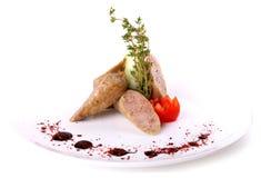 Salsichas cortadas decoradas com tomate e pepino de cereja Fotografia de Stock Royalty Free