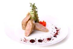 Salsichas cortadas decoradas com tomate e pepino de cereja Fotos de Stock Royalty Free