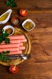 Salsichas cruas na casca Fotografia de Stock