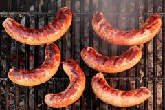 Salsichas da bratwurst do BBQ na grade quente, vista superior imagens de stock