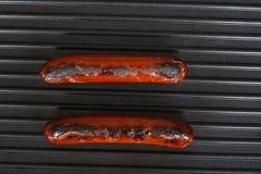 Salsichas da vista superior que cozinham em uma grade Fotografia de Stock Royalty Free