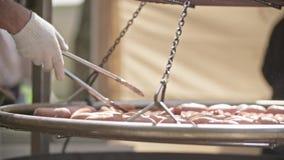 Salsichas de carne de porco grelhadas deliciosas video estoque