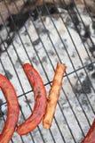 Salsichas de Forgoten em uma grade. Imagens de Stock