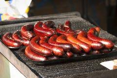 Salsichas deliciosas cozidas vermelho na grade foto de stock