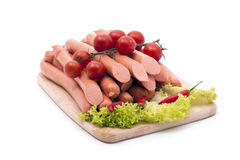 Salsichas deliciosas, decoradas com vegetais Imagem de Stock
