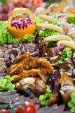 Salsichas diferentes servidas em um modo eficaz Fotografia de Stock Royalty Free