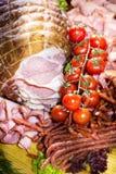 Salsichas diferentes servidas em um modo eficaz Fotografia de Stock