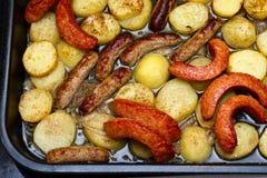Salsichas e batatas foto de stock