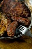 Salsichas e bife em uma bandeja Imagens de Stock Royalty Free