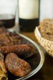 Salsichas e carne de carne de porco na bandeja Fotografia de Stock