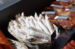 Salsichas em uma cesta Imagens de Stock