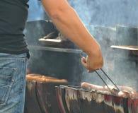 Salsichas em uma grade do carvão vegetal Fotografia de Stock Royalty Free