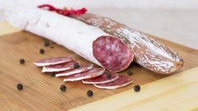 Salsichas espanholas tradicionais culinárias em de madeira Foto de Stock Royalty Free