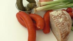Salsichas frescas com vegetais filme