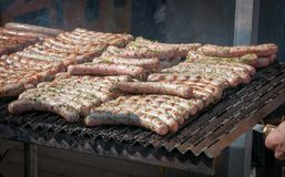 Salsichas frescas de Francoforte cozinhadas na grade Fotos de Stock