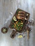 Salsichas fritadas com bacon em uma placa de madeira Foto de Stock