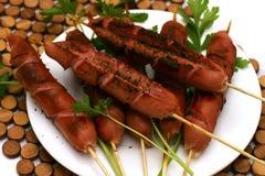 Salsichas fritadas com salsa no prato Fotografia de Stock Royalty Free