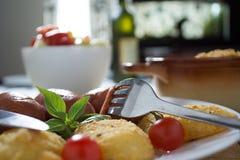 Salsichas fritadas e batatas panadas Fotos de Stock Royalty Free