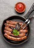 Salsichas fritadas em uma bandeja Foto de Stock Royalty Free