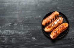 Salsichas fritadas em uma frigideira Imagens de Stock