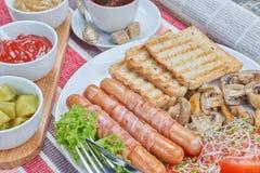 Salsichas fritadas envolvidas no bacon Imagens de Stock Royalty Free