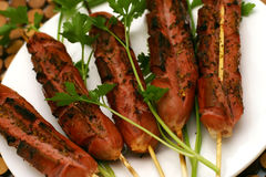 Salsichas fritadas no prato Foto de Stock