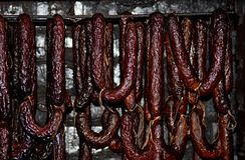 Salsichas fumado da carne de porco caseiro Imagens de Stock