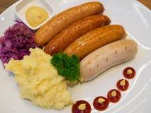 Salsichas grelhadas com batatas trituradas Fotos de Stock Royalty Free