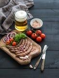 Salsichas grelhadas com os vegetais no serviço rústico Foto de Stock