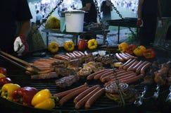 Salsichas grelhadas com vegetais imagem de stock