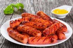 Salsichas grelhadas em um prato branco, Fotografia de Stock Royalty Free