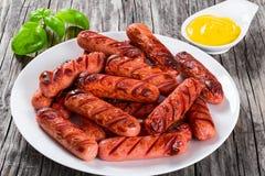 Salsichas grelhadas em um prato branco, close-up Foto de Stock Royalty Free