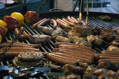 Salsichas grelhadas fritadas imagem de stock