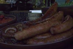 Salsichas grelhadas fritadas fotos de stock royalty free