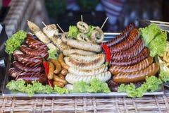 Salsichas grelhadas na feira Foto de Stock