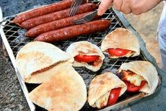 Salsichas grelhadas, queijo do halloumi, tomate no pita. Imagem de Stock Royalty Free