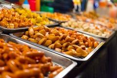 Salsichas indicadas no mercado local do alimento Fotos de Stock