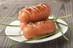 Salsichas na grade Imagens de Stock